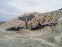 Συντριφθε'ν αεροπλάνο στο μικρό λόφο ερήμων Στοκ φωτογραφίες με δικαίωμα ελεύθερης χρήσης