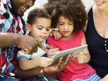 Συνδέοντας έννοια ευτυχίας δραστηριότητας οικογενειακού ελεύθερου χρόνου στοκ φωτογραφίες
