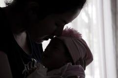 Συνδέοντας έννοια ημέρας μητέρων με τη νεογέννητη περιποίηση μωρών Η μητέρα παίζει και μιλά με το νεογέννητο μωρό εκτός από το πα Στοκ Εικόνες