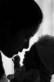 Συνδέοντας έννοια ημέρας μητέρων με τη νεογέννητη περιποίηση μωρών Η μητέρα παίζει και μιλά με το νεογέννητο μωρό εκτός από το πα Στοκ εικόνες με δικαίωμα ελεύθερης χρήσης