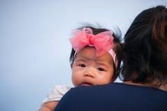 Συνδέοντας έννοια ημέρας μητέρων με τη νεογέννητη περιποίηση μωρών Η μητέρα κρατά το νεογέννητο μωρό με ρόδινο headband λουλουδιώ Στοκ εικόνα με δικαίωμα ελεύθερης χρήσης