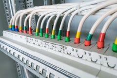 Συνδέοντας καλώδια με lugs καλωδίων στους διακόπτες Στοκ φωτογραφία με δικαίωμα ελεύθερης χρήσης