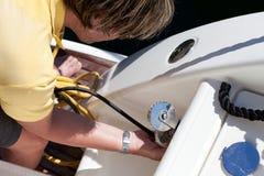 Συνδέοντας σκοινί δύναμης ατόμων στη βάρκα στοκ εικόνα