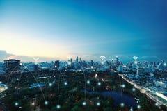 Συνδέσεις δικτύων μεταξύ της πόλης και του υποβάθρου πάρκων, του δικτύου και της σύνδεσης στοκ εικόνες με δικαίωμα ελεύθερης χρήσης