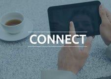 Συνδέστε το κείμενο ενάντια στα χέρια με την ταμπλέτα και τον καφέ και την μπλε επικάλυψη Στοκ Φωτογραφίες