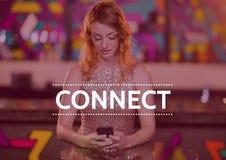Συνδέστε το κείμενο ενάντια στη γυναίκα στο τηλέφωνο στη λέσχη με την κόκκινη επικάλυψη Στοκ Εικόνες
