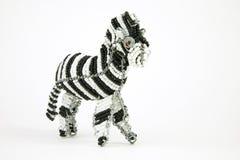 Συνδεμένη με καλώδιο και διακοσμημένη με χάντρες αφρικανική ζωική τέχνη ενός με ραβδώσεις που απομονώνεται σε ένα W Στοκ Εικόνα