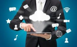 Συνδετικότητα σύννεφων ταμπλετών εκμετάλλευσης χεριών επιχειρηματιών στοκ φωτογραφία με δικαίωμα ελεύθερης χρήσης