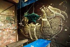 Συνδεδεμένη και κρεμασμένη αίγα, άγνωστα γκράφιτι καλλιτεχνών στον υπαίθριο φραγμό Στοκ Φωτογραφία