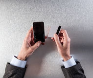 Συνδεδεμένος επιχειρηματίας που κρατά την πιστωτική κάρτα του στο κατάστημα στον Ιστό Στοκ Εικόνα
