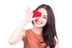 συνδεδεμένο διάνυσμα βαλεντίνων απεικόνισης s δύο καρδιών ημέρας Όμορφη χαμογελώντας γυναίκα με ένα δώρο στη μορφή Στοκ Φωτογραφίες