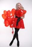 συνδεδεμένο διάνυσμα βαλεντίνων απεικόνισης s δύο καρδιών ημέρας Όμορφη γυναίκα με τα κόκκινα μπαλόνια αέρα Στοκ Εικόνες