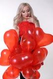 συνδεδεμένο διάνυσμα βαλεντίνων απεικόνισης s δύο καρδιών ημέρας Όμορφη γυναίκα με τα κόκκινα μπαλόνια αέρα Στοκ φωτογραφία με δικαίωμα ελεύθερης χρήσης