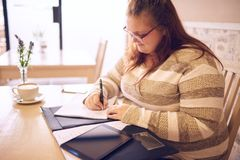 Συν την εργασία επιχειρησιακών γυναικών μεγέθους σε μια τοπική καφετερία στοκ φωτογραφία με δικαίωμα ελεύθερης χρήσης