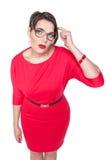 Συν τη γυναίκα μεγέθους στα γυαλιά που το δάχτυλο ενάντια στο ναό της Στοκ φωτογραφία με δικαίωμα ελεύθερης χρήσης