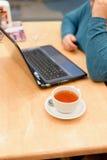 Συν το κορίτσι μεγέθους που εργάζεται στο lap-top της Στοκ εικόνες με δικαίωμα ελεύθερης χρήσης