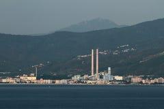 Συνδυασμένες πόλη εγκαταστάσεις θερμότητας και παραγωγής ενέργειας στην ακτή Savona, Ιταλία Στοκ φωτογραφία με δικαίωμα ελεύθερης χρήσης