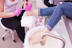 Συνδυασμένο pedicure στο σαλόνι Διαδικασία αποφλοίωσης στοκ εικόνες με δικαίωμα ελεύθερης χρήσης