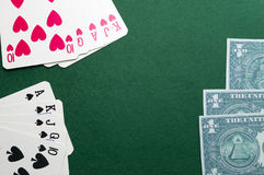 Συνδυασμοί Blackjack καρτών παιχνιδιού σε πράσινα αισθητό και τα χρήματα Στοκ εικόνα με δικαίωμα ελεύθερης χρήσης