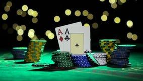 Συνδυασμός πόκερ Ζευγάρι των άσσων Κύλισμα ενός πράσινου τσιπ σε έναν πίνακα κλείστε επάνω κίνηση αργή απόθεμα βίντεο