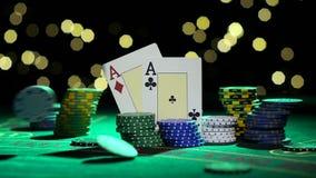 Συνδυασμός πόκερ Ζευγάρι των άσσων Μειωμένα τσιπ πόκερ σε έναν πίνακα κλείστε επάνω κίνηση αργή φιλμ μικρού μήκους