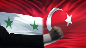 Συρία εναντίον της αντιμετώπισης της Τουρκίας, διαφωνία χωρών, πυγμές στο υπόβαθρο σημαιών απόθεμα βίντεο