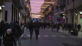Συρακούσες, Ιταλία, Σικελία: Τα χαρακτηριστικά παλαιά πόλης Χριστούγεννα οδών ανάβουν τους περπατώντας ανθρώπους φιλμ μικρού μήκους