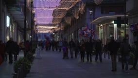 Συρακούσες, Ιταλία, Σικελία: Τα χαρακτηριστικά παλαιά πόλης Χριστούγεννα οδών ανάβουν τους περπατώντας ανθρώπους απόθεμα βίντεο