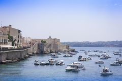 Συρακούσες, Σικελία, Ιταλία †«στις 12 Αυγούστου 2018: οι άνθρωποι επιπλέουν στις βάρκες και λούζουν στη θάλασσα κοντά στο νησί  στοκ εικόνες