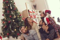 Συριγμοί κομμάτων φυσήγματος στο πρωί Χριστουγέννων στοκ φωτογραφία με δικαίωμα ελεύθερης χρήσης