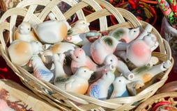 Συριγμοί στη μορφή της κεραμικής αγγειοπλαστικής πουλιών Στοκ φωτογραφίες με δικαίωμα ελεύθερης χρήσης