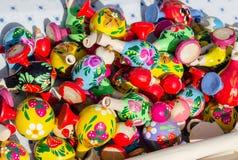 Συριγμοί στη μορφή της κεραμικής αγγειοπλαστικής πουλιών Στοκ Φωτογραφίες