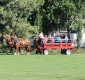 Συρμένα άλογο μεταφορά/βαγόνι εμπορευμάτων με τους ανθρώπους Στοκ Εικόνες