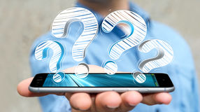Συρμένα χέρι ερωτηματικά εκμετάλλευσης επιχειρηματιών πέρα από το τηλέφωνο Στοκ εικόνα με δικαίωμα ελεύθερης χρήσης