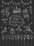 Συρμένα χέρι καθορισμένα στοιχεία γενεθλίων Κέικ, μπαλόνια, εορταστικές ιδιότητες Στοκ Εικόνες