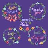 Συρμένα χέρι στεφάνια θερινών λουλουδιών με το καλοκαίρι κειμένων γειά σου, Ιούνιος, Στοκ Εικόνες