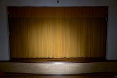 Συρμένες κουρτίνες με το επίκεντρο στη σχολική σκηνή Στοκ φωτογραφίες με δικαίωμα ελεύθερης χρήσης