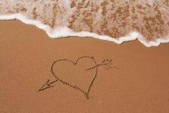 συρμένη άμμος καρδιών χεριώ&nu Στοκ φωτογραφία με δικαίωμα ελεύθερης χρήσης