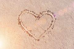συρμένη άμμος καρδιών pink scallop seashell Στοκ φωτογραφίες με δικαίωμα ελεύθερης χρήσης