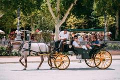 Συρμένη άλογο μεταφορά Plaza de Espana στη Σεβίλη, Ανδαλουσία Στοκ Φωτογραφία