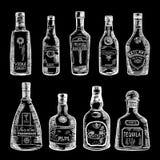 Συρμένη η χέρι απεικόνιση των διαφορετικών μπουκαλιών απομονώνει στο σκοτεινό υπόβαθρο Διανυσματικές εικόνες καθορισμένες Στοκ φωτογραφία με δικαίωμα ελεύθερης χρήσης