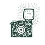 Συρμένη η χέρι διανυσματική απεικόνιση της κάμερας φωτογραφιών με την παραμονή έκφρασης κειμένων δημιουργική παίρνει τους πυροβολ Στοκ εικόνες με δικαίωμα ελεύθερης χρήσης