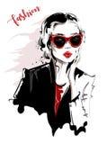 Συρμένη χέρι όμορφη νέα γυναίκα στα γυαλιά ηλίου κορίτσι μοντέρνο Η γυναίκα μόδας κοιτάζει σκίτσο απεικόνιση αποθεμάτων