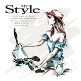 Συρμένη χέρι όμορφη νέα γυναίκα στο καπέλο με το μηχανικό δίκυκλο Οδήγηση γυναικών μόδας Μοντέρνο κορίτσι στα ενδύματα μόδας διανυσματική απεικόνιση