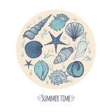 Συρμένοι χέρι doodle θαλασσινά κοχύλια, αστερίας, φύκι και κοράλλι απεικόνιση αποθεμάτων