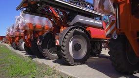 Συρμένος γεωργικός εξοπλισμός Προϊόντα των εγκαταστάσεων για την παραγωγή των γεωργικών μηχανημάτων απόθεμα βίντεο