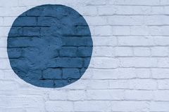 Συρμένος χρωματισμένος μπλε κύκλος σε μια ελαφριά επιφάνεια τούβλων τουβλότοιχος του τοίχου, ως γκράφιτι Γραφικό αφηρημένο σύγχρο Στοκ Εικόνα