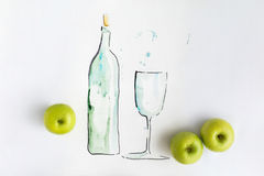 Συρμένο χέρι μπουκάλι νερό με το πλήρη γυαλί και τα μήλα Στοκ Εικόνα