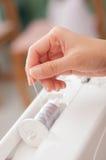 Συρμένο χέρι νήμα γυναικών στοκ φωτογραφία