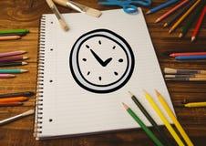 Συρμένο χέρι ξυπνητήρι στο σπειροειδές βιβλίο σημειώσεων και τον πολυ χρωματισμένο ξύλινο πίνακα κραγιονιών Στοκ φωτογραφία με δικαίωμα ελεύθερης χρήσης